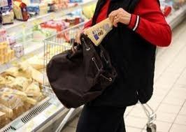 Dipendente di un supermercato puntuale al lavoro, ma per rubare merce dagli scaffali